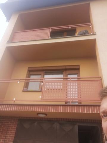 132_balkónové_zábradlie_vzor_štvorčekový_plech_farba_hnedá