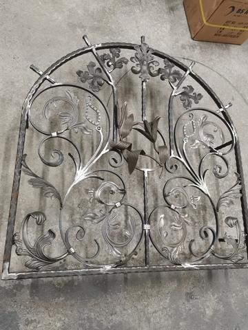146_kovaná_ozdobná_mreža_na_okno_ornament_listy_kvety_pozinkovaná